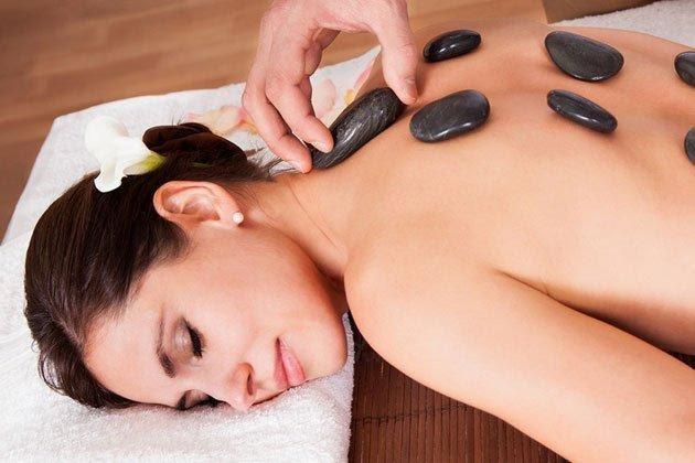 Điều trị lạnh tay chân bằng dịch vụ massage đá nóng
