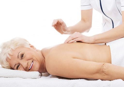 Người già và cách điều trị đau vai gáy nên tham khảo