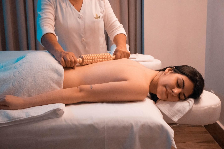 Massage toàn thân thường dùng các dụng cụ gì?